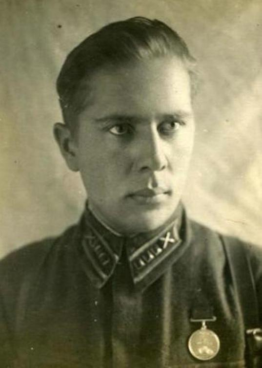 Сын артиллериста - краткое содержание стихотворения Симонова